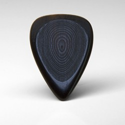 The Artist Solo series custom buffalo horn guitar pick is built for speed and precision with it's narrow profile, highly polished edges and a  contoured body shape which greatly improves grip.